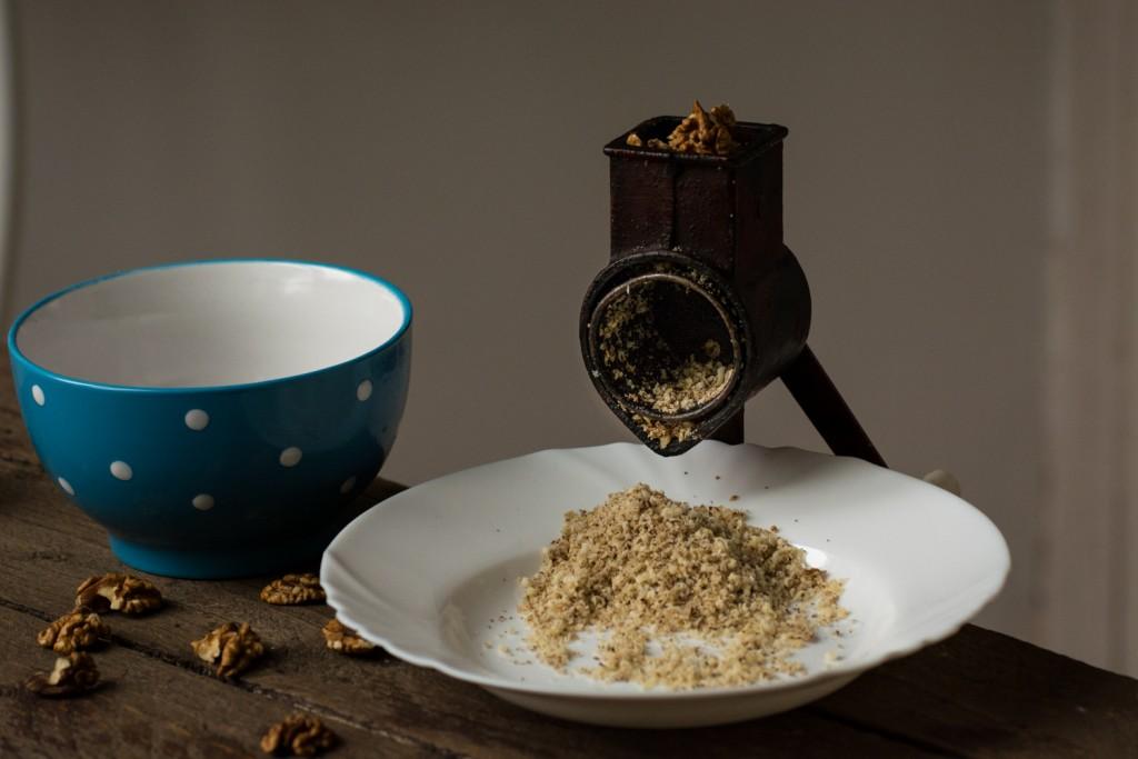 Česnica - grinding walnuts